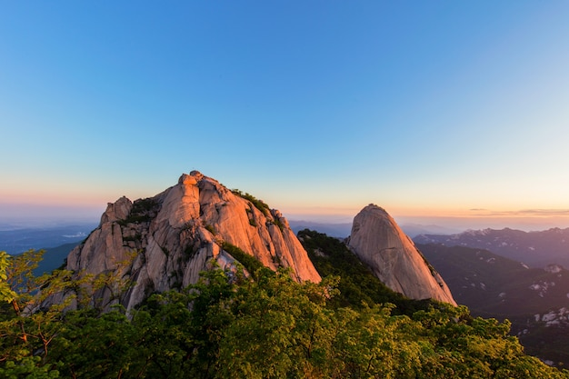 Zonsopgang bij bukhansan mountain seoul zuid-korea
