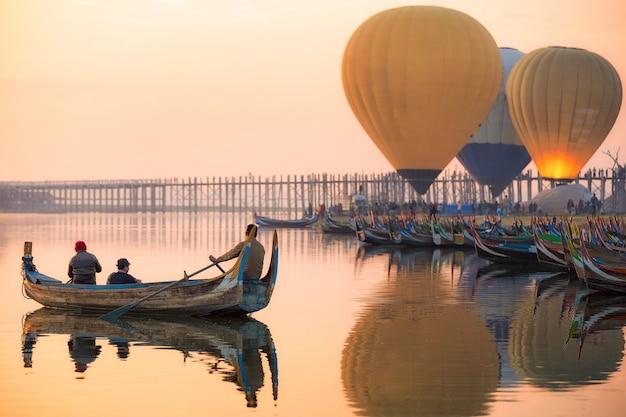 Zonsopgang bij de u bein-brug in de stad myanmar van mandalay
