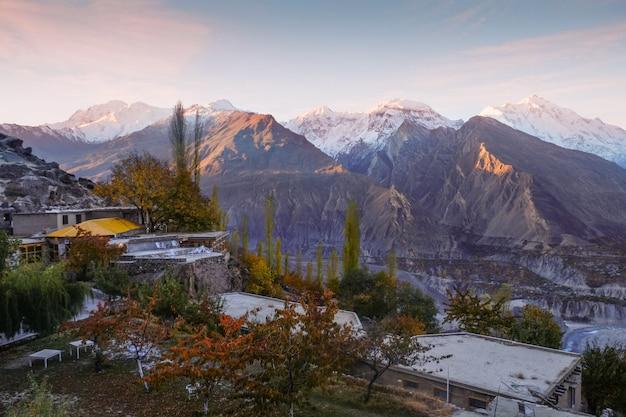 Zonsopgang bij hunza nagar-vallei. gilgit baltistan, pakistan.