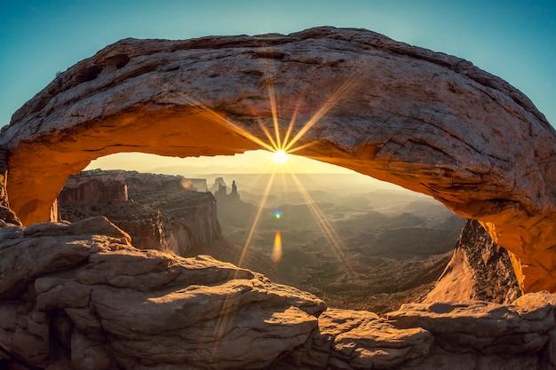 Zonsopgang bij mesa arch in canyonlands national park, utah, speciale fotografische verwerking
