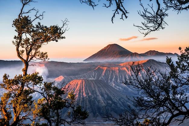 Zonsopgang bij vulkaan mt.bromo (gunung bromo) oost-java, indonesië