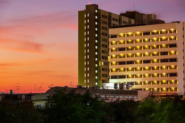 Zonsopgang boven de stad condo windows bij schemering achtergrond