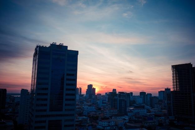Zonsopgang boven de stad phnom penh in cambodja