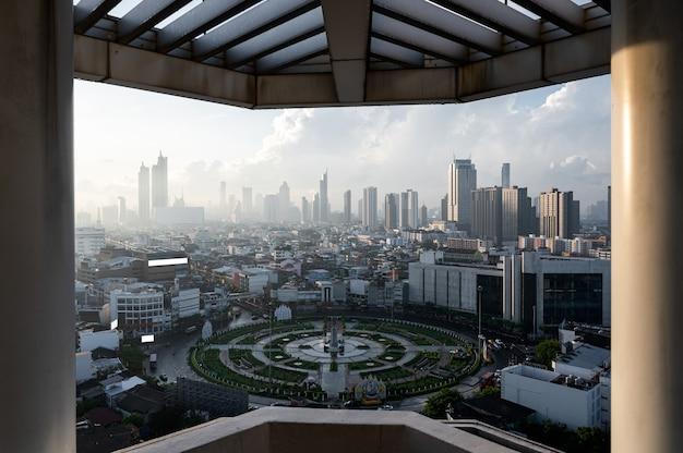 Zonsopgang boven de stad van bangkok met het monument van de wongwianyai-rotonde in de zakenwijk