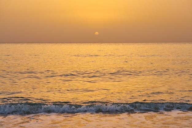 Zonsopgang boven de tropische zee op kreta.