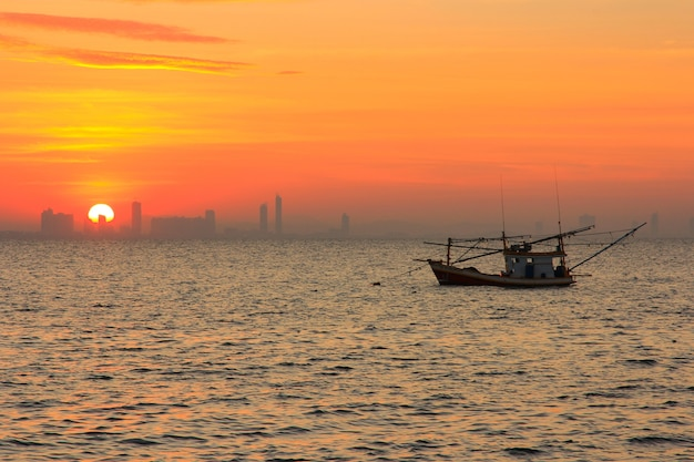 Zonsopgang boven de zee met vissersboot