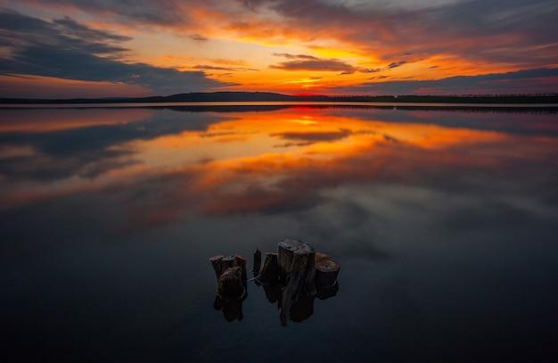 Zonsopgang boven het meer