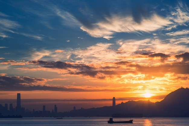 Zonsopgang boven hong kong, weergave van lantau island, afgezwakt