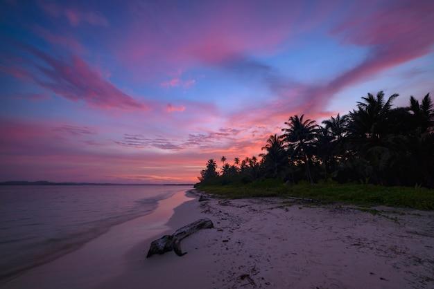 Zonsopgang dramatische hemel op overzees, tropisch woestijnstrand
