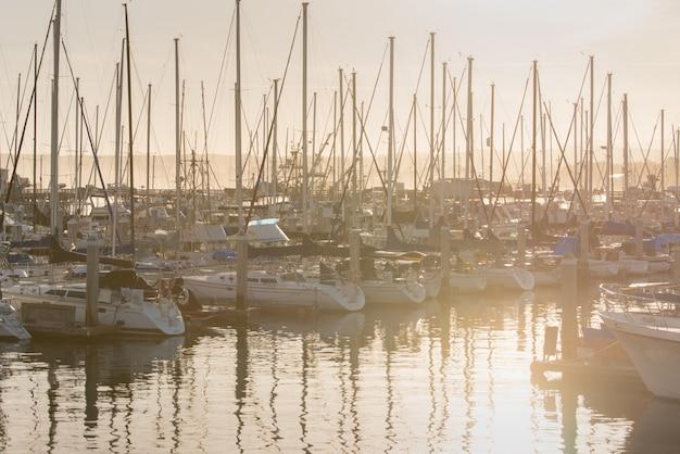 Zonsopgang en jachten die in pijler in de baai van californië parkeren