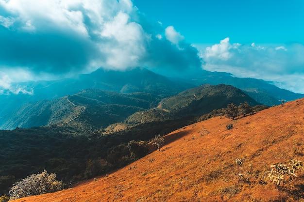 Zonsopgang en mooie wolkenhemel bij bergen