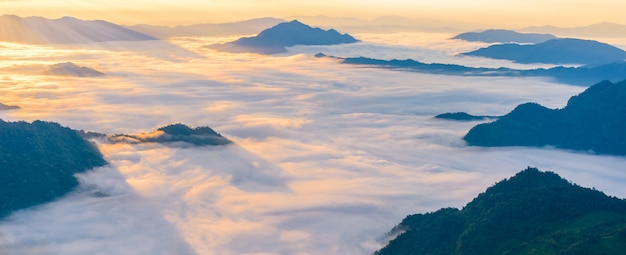 Zonsopgang en overzees van mist, mening van phucheefa bospark