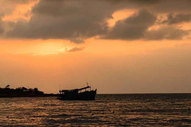 Zonsopgang en schaduwboot op overzees dichtbij het strand, koh samet thailand