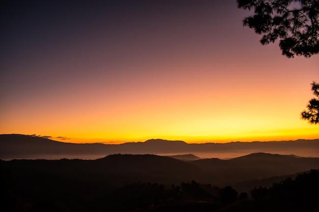 Zonsopgang en uitzicht op de bergen met mistig in de ochtend in noord-thailand