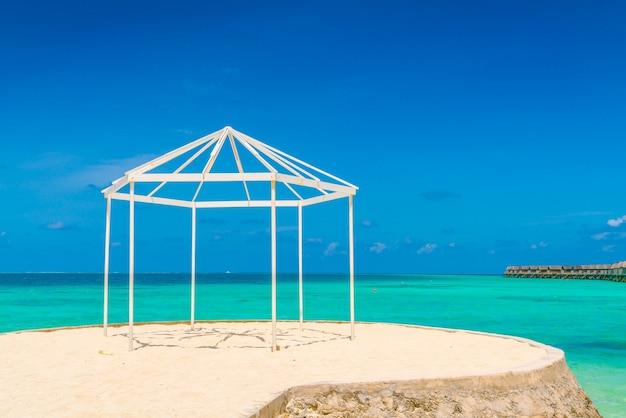 Zonsopgang idyllische zee baai bungalow