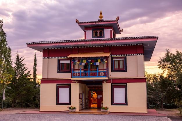 Zonsopgang in boeddhistische tempel dag shang kagyu in panillo huesca aragon spanje