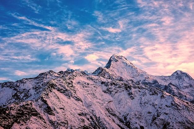 Zonsopgang in de bergen van de himalaya, nepal