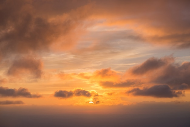 Zonsopgang in de ochtend, vol met wolken en mist.