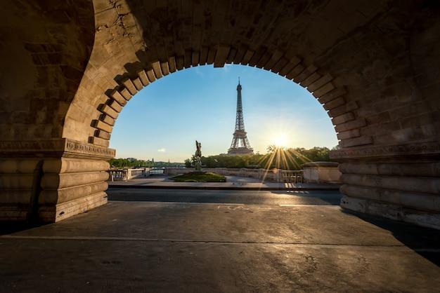 Zonsopgang in de toren van eiffel in parijs, frankrijk. de toren van eiffel is beroemde plaats in parijs, frankrijk.
