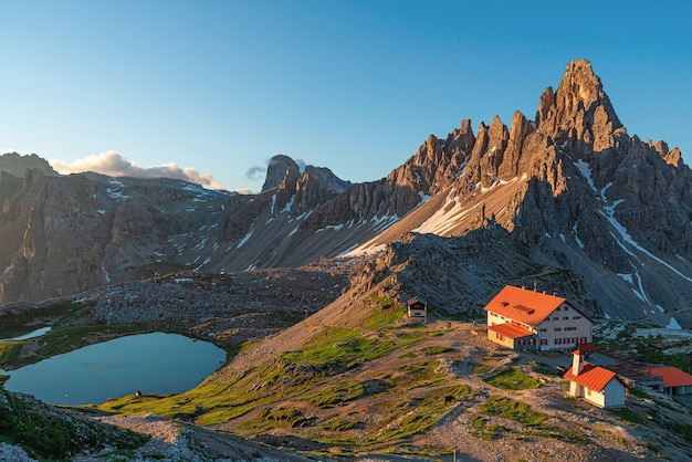 Zonsopgang in het nationaal park tre cime di lavaredo met rifugio locatelli en meer, dolomiti-alpen, zuid-tirol, italië, europa