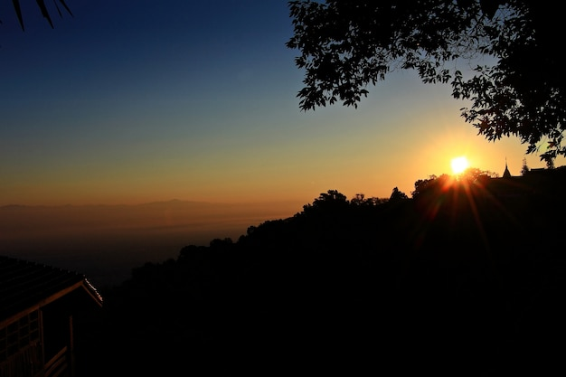 Zonsopgang in hoge berg in doi suthep in chiang-mai, thailand. low key.