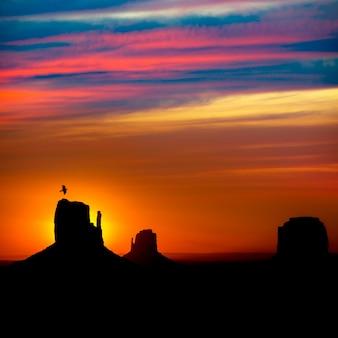 Zonsopgang in monument valley bij mittens en merrick butte