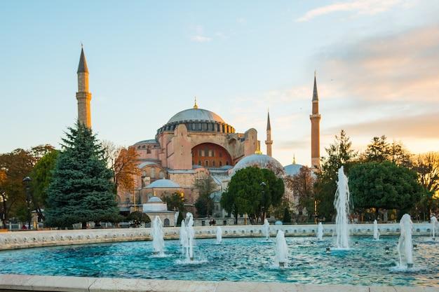 Zonsopgang met mening van het oriëntatiepunt van hagia sofia in istanboel, turkije
