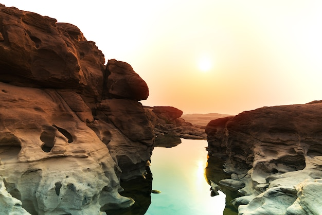 Zonsopgang nieuwe dag bij sam phan bok grand canyon van thailand in de provincie van ubon ratchathani