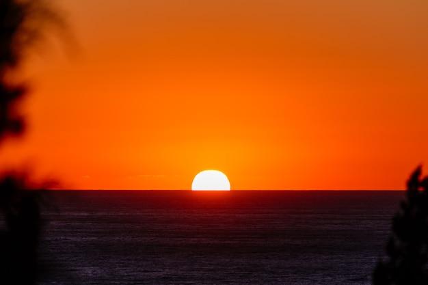 Zonsopgang of zonsondergang boven het zeereisconcept