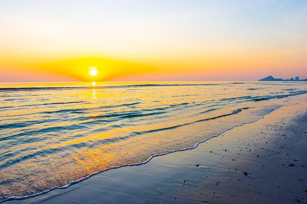Zonsopgang of zonsondergang met twilight hemel en zee strand