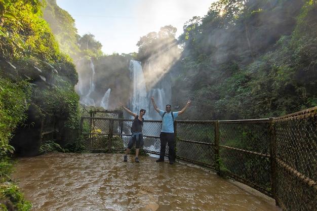 Zonsopgang onder de grote pulhapanzak-waterval aan het yojoameer. honduras
