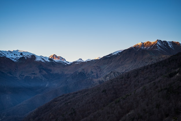 Zonsopgang op besneeuwde bergen