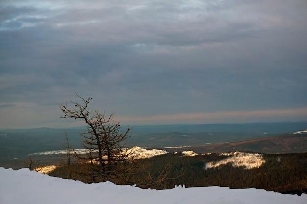 Zonsopgang op de noordelijke urals bij bewolkt weer