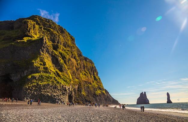 Zonsopgang op het beroemde reynisdrangar-strand in de gouden cirkel van het zuiden van ijsland