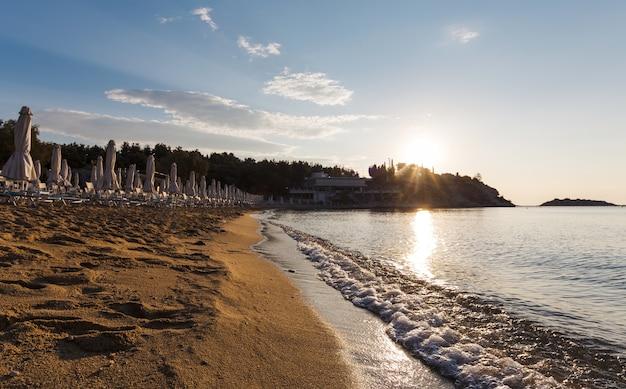 Zonsopgang op het strand, kavala-stad, griekenland