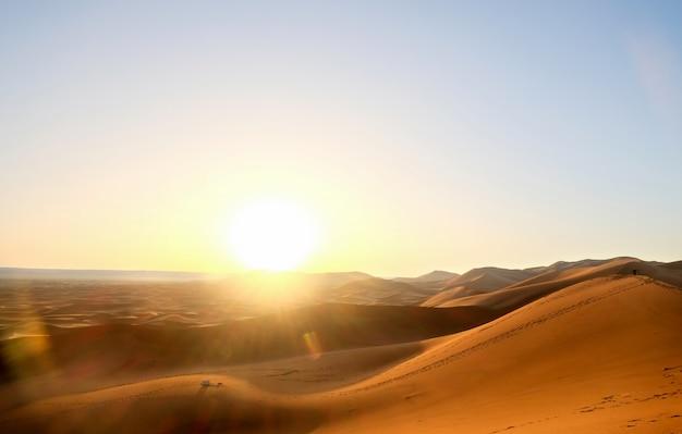 Zonsopgang over zandduinen bij de woestijn van de sahara, merzouga, marokko.