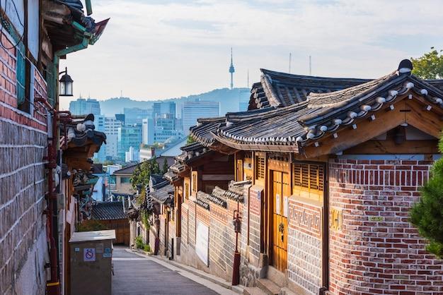 Zonsopgang van bukchon hanok-dorp in seoel, zuid-korea.