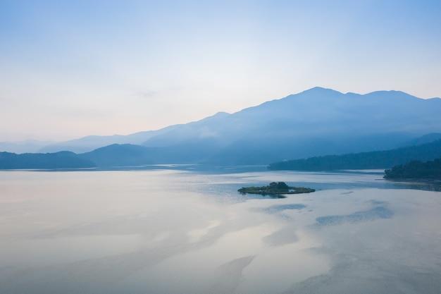 Zonsopgang van het beroemde landschap van het sun moon lake in nantou, taiwan
