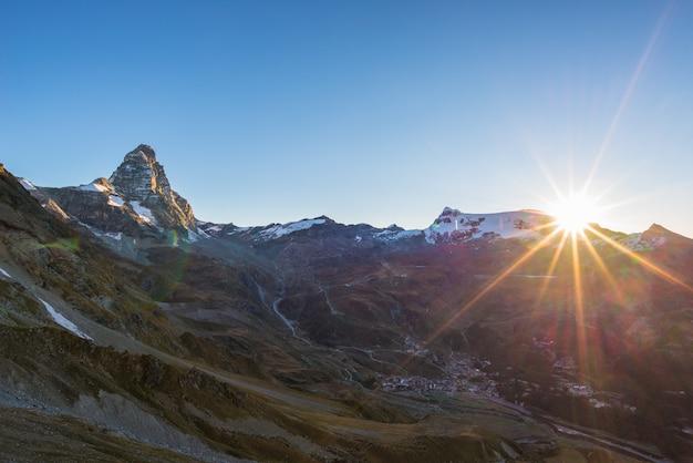 Zonsopgang van het dorp breuil cervinia en de bergtop van cervino of matterhorn