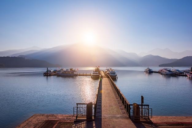 Zonsopgang van sun moon lake, taipei, taiwan