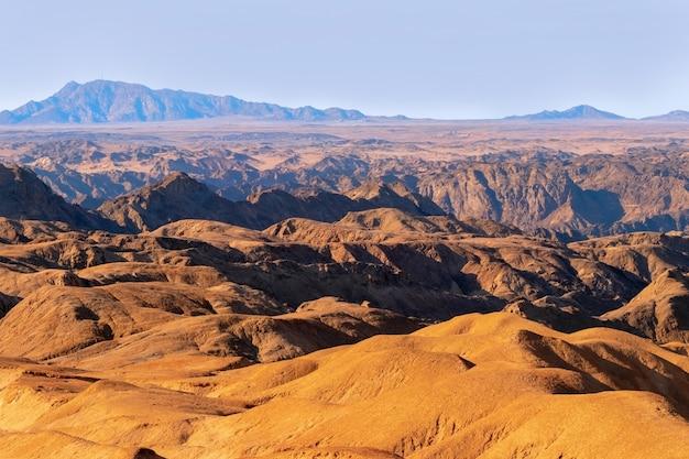 Zonsopgang verlicht de yellow moon-vallei. woestijnlandschap in afrika. namibië