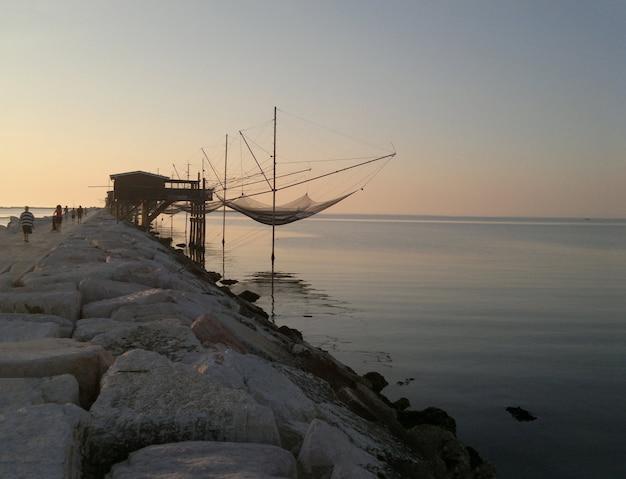 Zonsopganglandschap van het strand van sottomarina in noord-italië