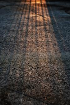 Zonsopganglicht en schaduw op voetpad