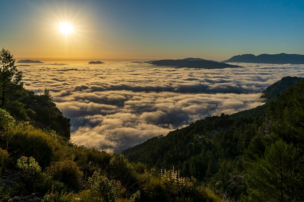 Zonsopgangmeningen van de montcabrer-berg in een dag met wolken, cocentaina.