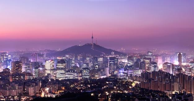 Zonsopgangochtend bij de stadshorizon van seoel zuid-korea met de toren van seoel.
