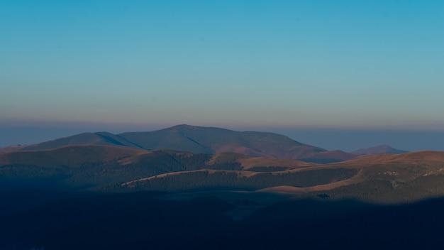 Zonsopgangochtend op montain in roemenië, bucegipark