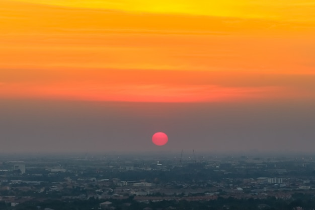 Zonsopgangzonsondergang in de stad met selectieve nadruk op de zon