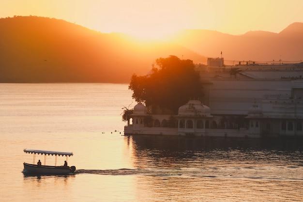 Zonstijging in de ochtend bij taj lake palace op meer pichola in udaipur india