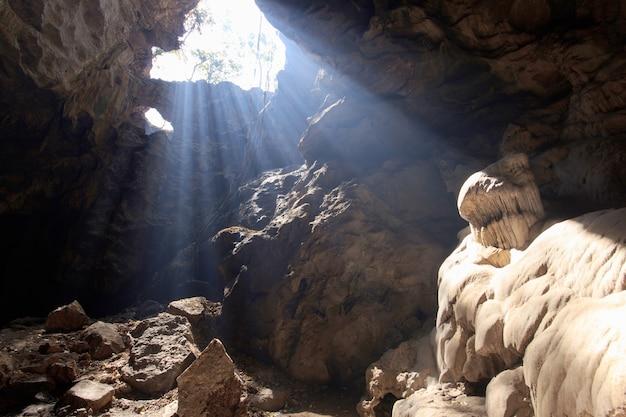 Zonstraal in grot