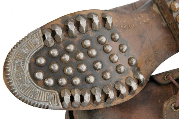 Zool van oude militaire schoenen met spijkers